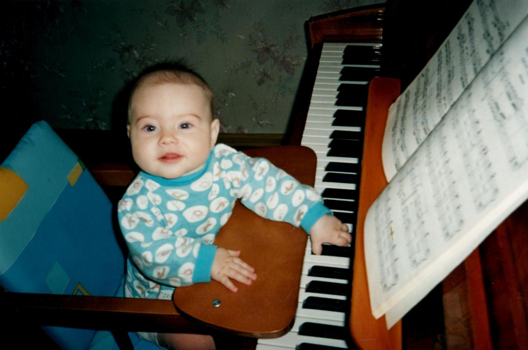Малыш за фортепиано
